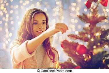 mujer, árbol, joven, decorar, navidad, feliz