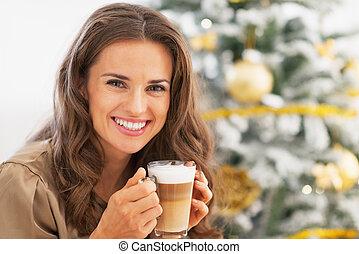 mujer, árbol, joven, latte, macchiato, frente, retrato, ...