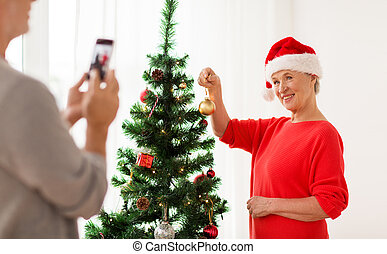 mujer, árbol, navidad, decorar, 3º edad, feliz