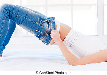 mujer, éstos, imagen, vaqueros, joven, cama, apretado, tight., cortado, rubio, tirar, acostado