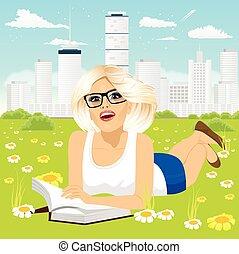 mujer, abajo, libro, lectura, pasto o césped, acostado