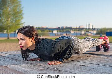 mujer, abdominal, deportivo, trabajando, ejercitar, joven, ...