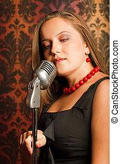 mujer, abrazado, mano, vendimia, micrófono, colocado, en, un, stand., la cabeza dobló, a, uno, side., ornamento, papel pintado