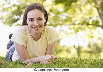 mujer, acostado, aire libre, sonriente