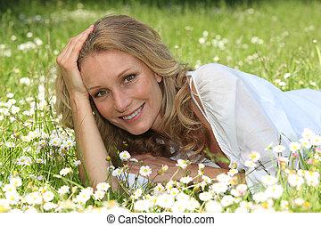 mujer, acostado, en, un, herboso, campo