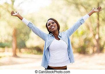 mujer africana, con, brazos extendidos
