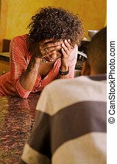 mujer afroamericana, y, macho, hablar, en, cocina