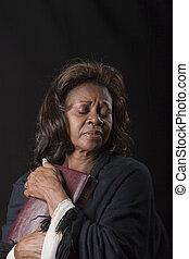 mujer, agarrando, biblia, ojos cerrados