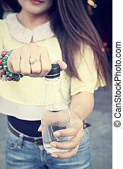 mujer, agua potable