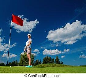mujer, agujero, club, joven, bandera, campo, rojo, golf