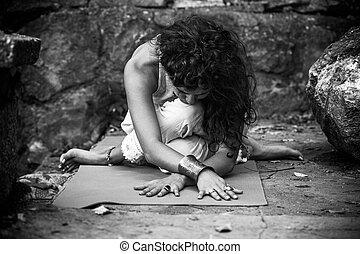 mujer, al aire libre, yoga, práctica, joven, bw