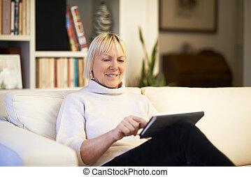 mujer, almohadilla toque, dispositivo, utilizar, 3º edad