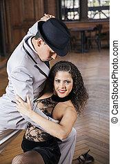 mujer, amaestrado, tango, mientras, hombre sonriente