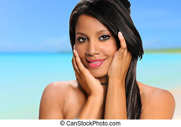 mujer americana africana, en la playa