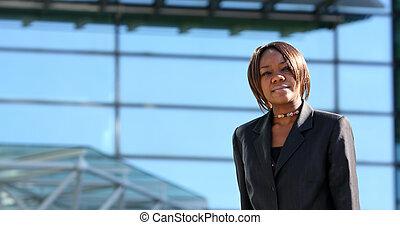 mujer americana africana, en, oficina