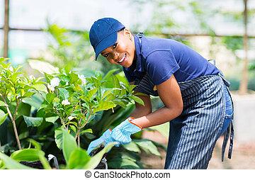 mujer americana afro, trabajando, en, guardería infantil,...