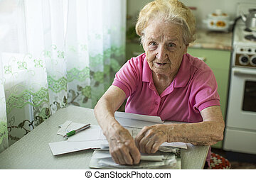 mujer anciana, con, cuentas, para pagar