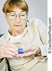 mujer anciana, con, medicación