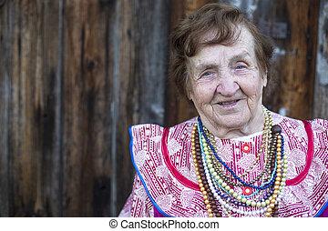 mujer anciana, en, étnico, ropa, outdoors., con, espacio, para, su, text.