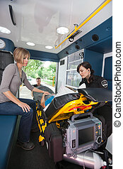 mujer anciana, en, ambulancia