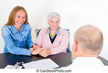 mujer anciana, en, el doctor