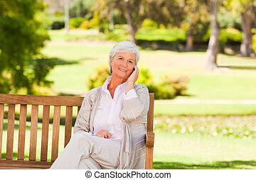 mujer anciana, en el parque