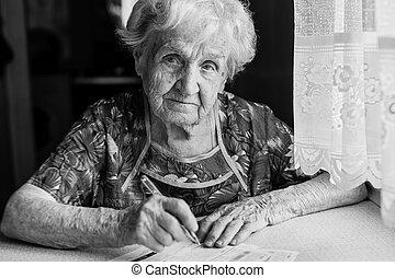 mujer anciana, llena, en, recibos, para, utilities.