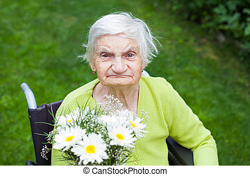 mujer anciana, receiving, flores