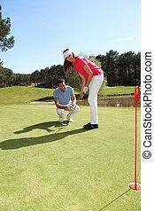 mujer, aprendizaje, cómo, al juego, golf