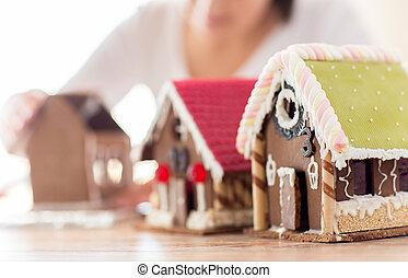 mujer, arriba, casas, elaboración, cierre, pan de jengibre