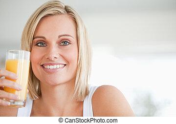 mujer, arriba, jugo, naranja, cierre, sonriente, brindar