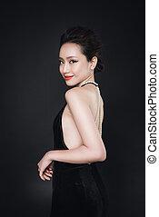 mujer asiática, con, moda, maquillaje, en, lujo, negro, dress.