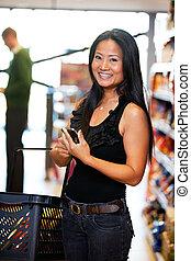 mujer asiática, con, teléfono celular