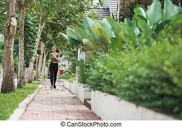 mujer asiática, corriente, y, ejercitar, al aire libre