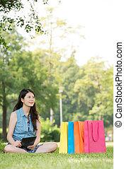 mujer asiática, utilizar, tableta de digital, pensamiento, ir de compras en línea directa