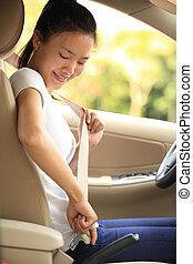 mujer, asiento, conductor, arriba, hebilla cinturón