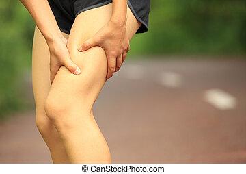 mujer, asimiento, deportes, herido, pierna