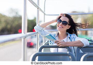 mujer, autobús, cima, joven, diversión, abierto, teniendo