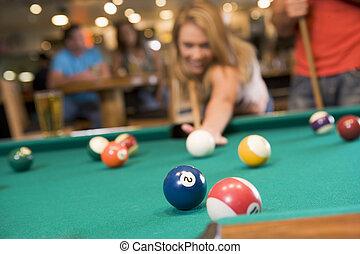 mujer, barra, joven, (focus, table), jugar la piscina