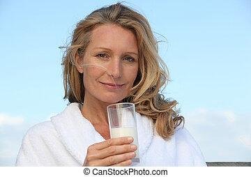 mujer, bebida, un, vidrio agua