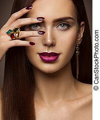 mujer, belleza, maquillaje, clavos, labios, ojos, modelo, cara cubierta, componer, por, mano, con, anillo, joyas