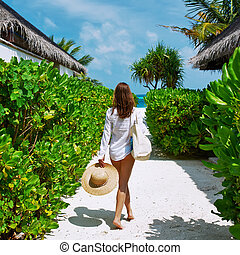 mujer, bolsa de playa, yendo, sombrero sol