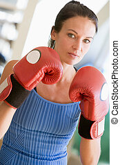 mujer, boxeo, en, gimnasio