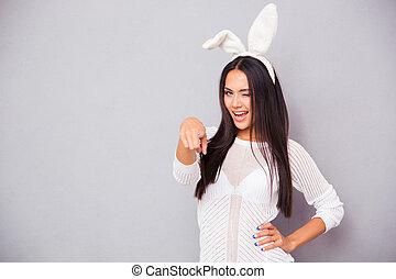 mujer, cámara, conejo, dedo que señala, orejas