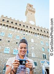mujer, cámara, feliz, joven, fotos, verificar, palazzo, ...