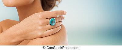 mujer, cóctel, arriba, mano, cierre, anillo
