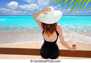 mujer, cóctel, playa, tropical, sombrero, vista trasera