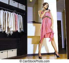 mujer, cabe, en, un, vestido
