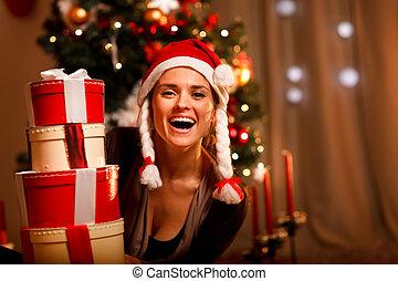 mujer, cajas, árbol, retrato, navidad, pila, presente, tener...