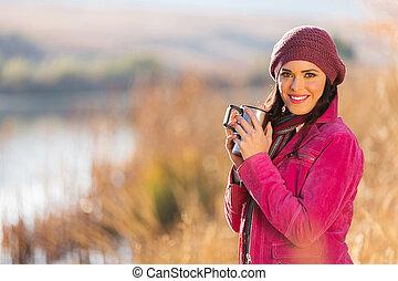 mujer, calentamiento, con, café caliente